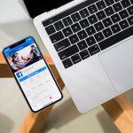 Facebook okostelefonon és laptop